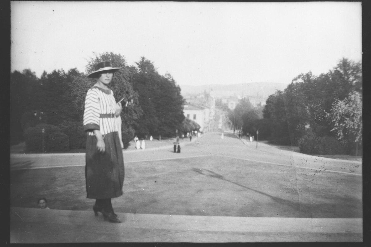 Gunvor Kluge på Slottsplassen i Oslo. Carl Johansgate i bakgrunnen