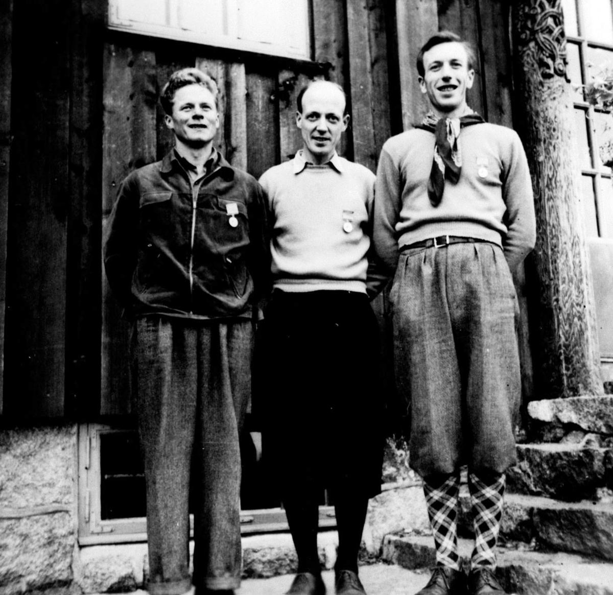 Kretsmestere i stafett 1953, med medaljen på brystet. De 3 kretsmesterne er Ivar Gulbrandsen, Erik Lerdal, Leif Hoel.