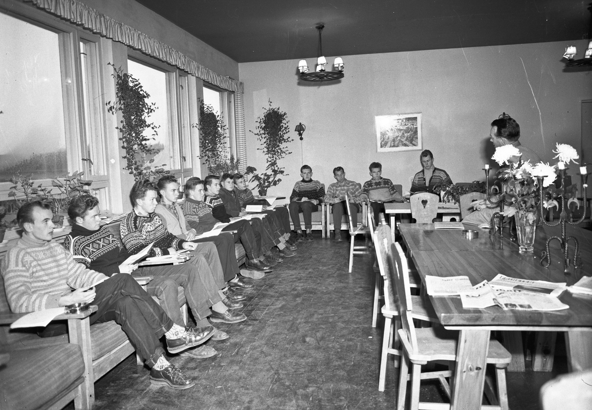 Elever i arbeid ved Akershus Fylkesskole.