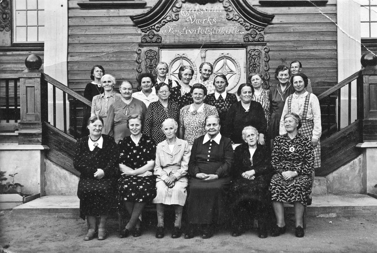 Gruppe kvinner utenfor Festiviteten. Bergliot Høybråten, gift Huybers – merket med kryss: Nr. 2 fra høyre bakerst.