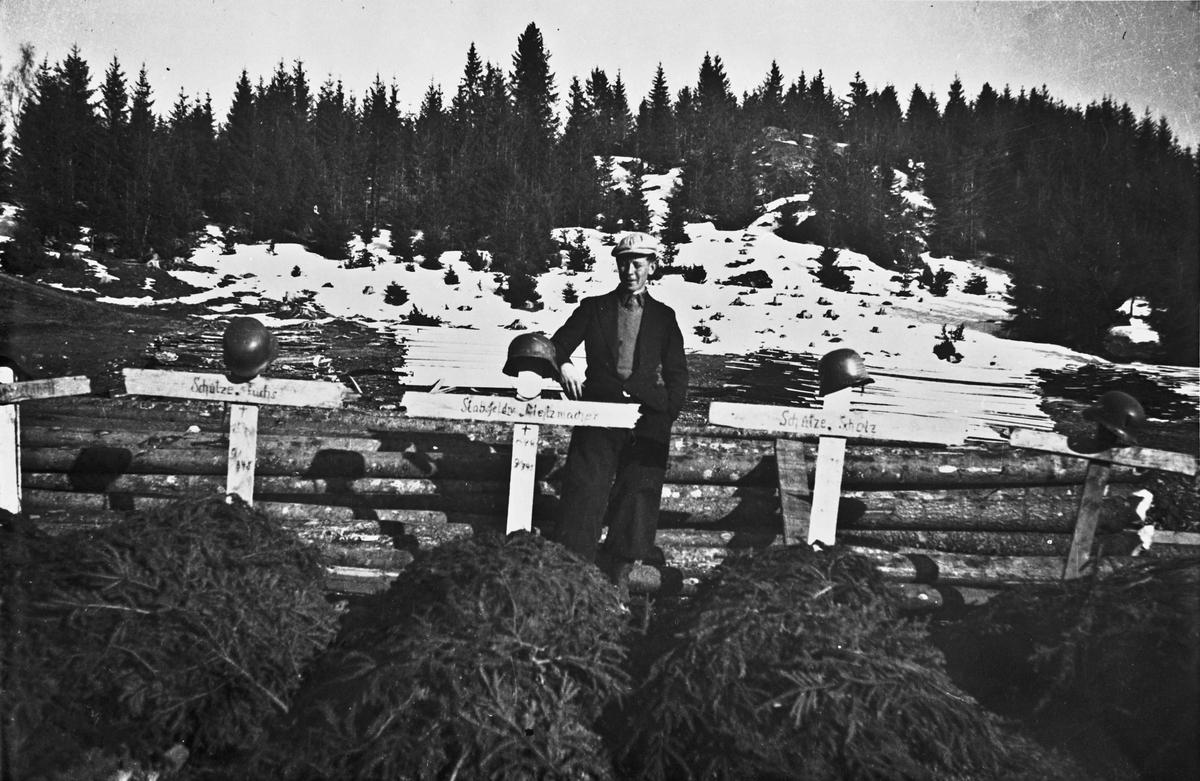 5 falne tyske soldater er midlertidig gravlagt på Morskogen i aprildagene 1940. Graver fra v.: X, Schutze, Stabsfeldv. Metzmacher, Scholz. Mannen på bilde 1 er Annar Millidal, og bildene er tatt av Arve Gullberg.
