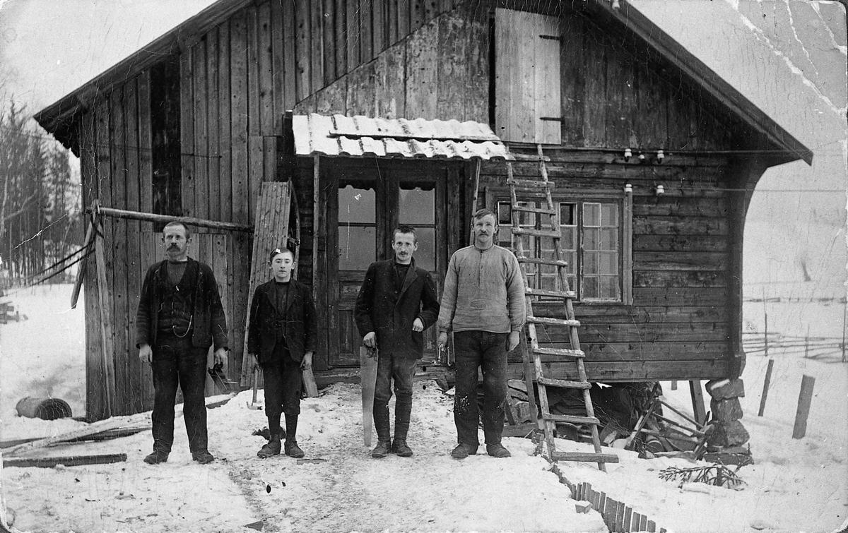 Ruuds snekkerverksted, Gruemyra. 1914. Ruuds snekkerverksted startet i 1901, flyttet til Styri i 1918 (Ruud trevare). Det er nå 4. generasjon som driver dette. (1980-tallet). Fra venstre: Ole O Ruud senior, sønnen Ole, broren Thorvald Jonsbråten og Hans Nicolaisen.