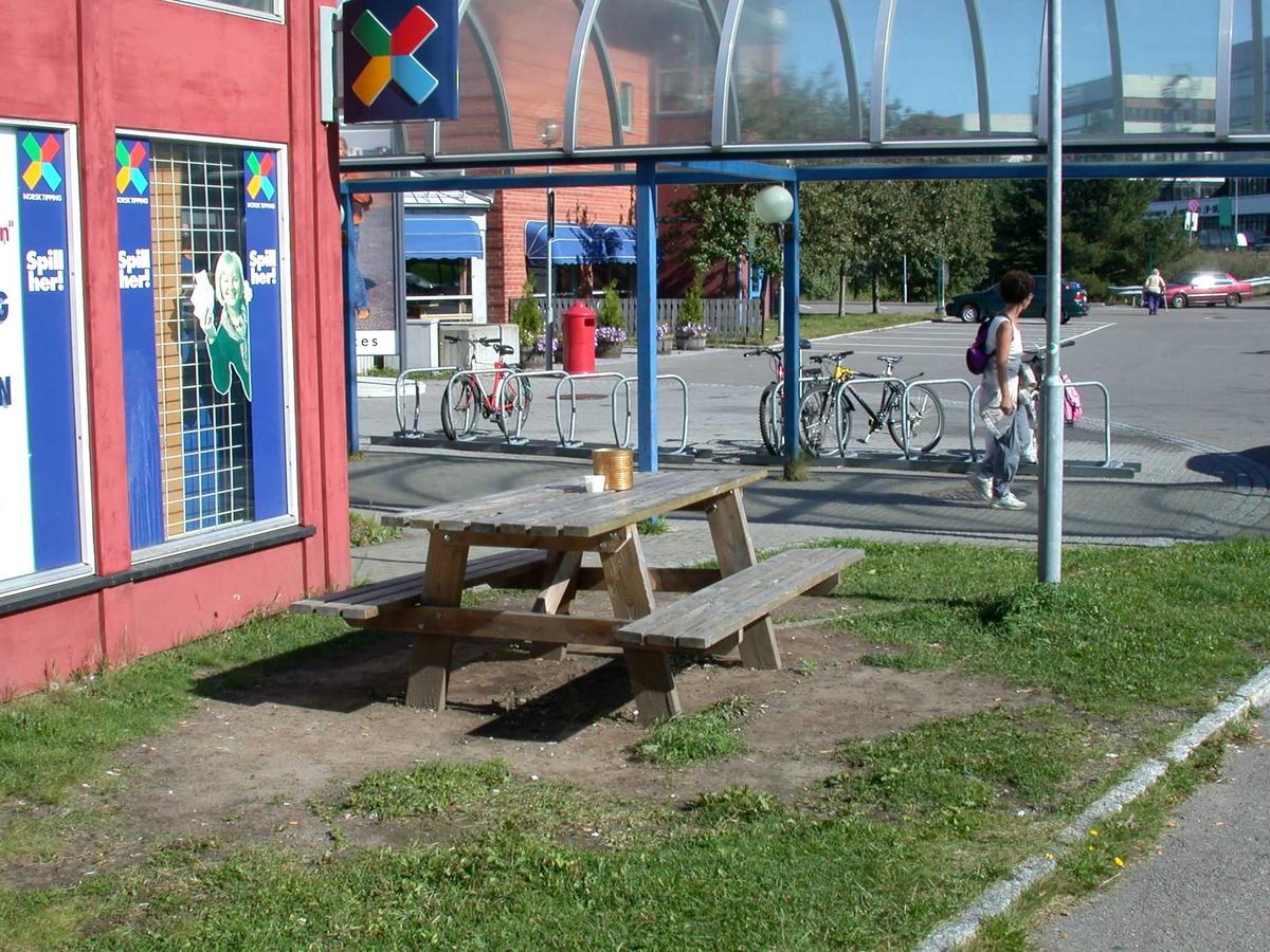 Benk / utebord ved kiosk bak Metrobygget. Fotovinkel: S
