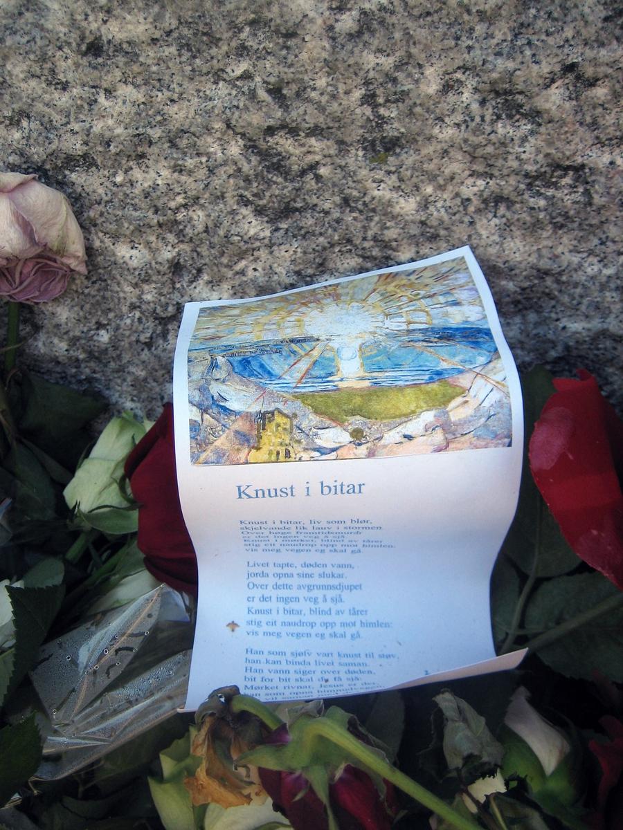 Minner etter terrorhandlingen den 22. juli 2011. Kort  ved Krigsmonument ved Lillestrøm kirke.