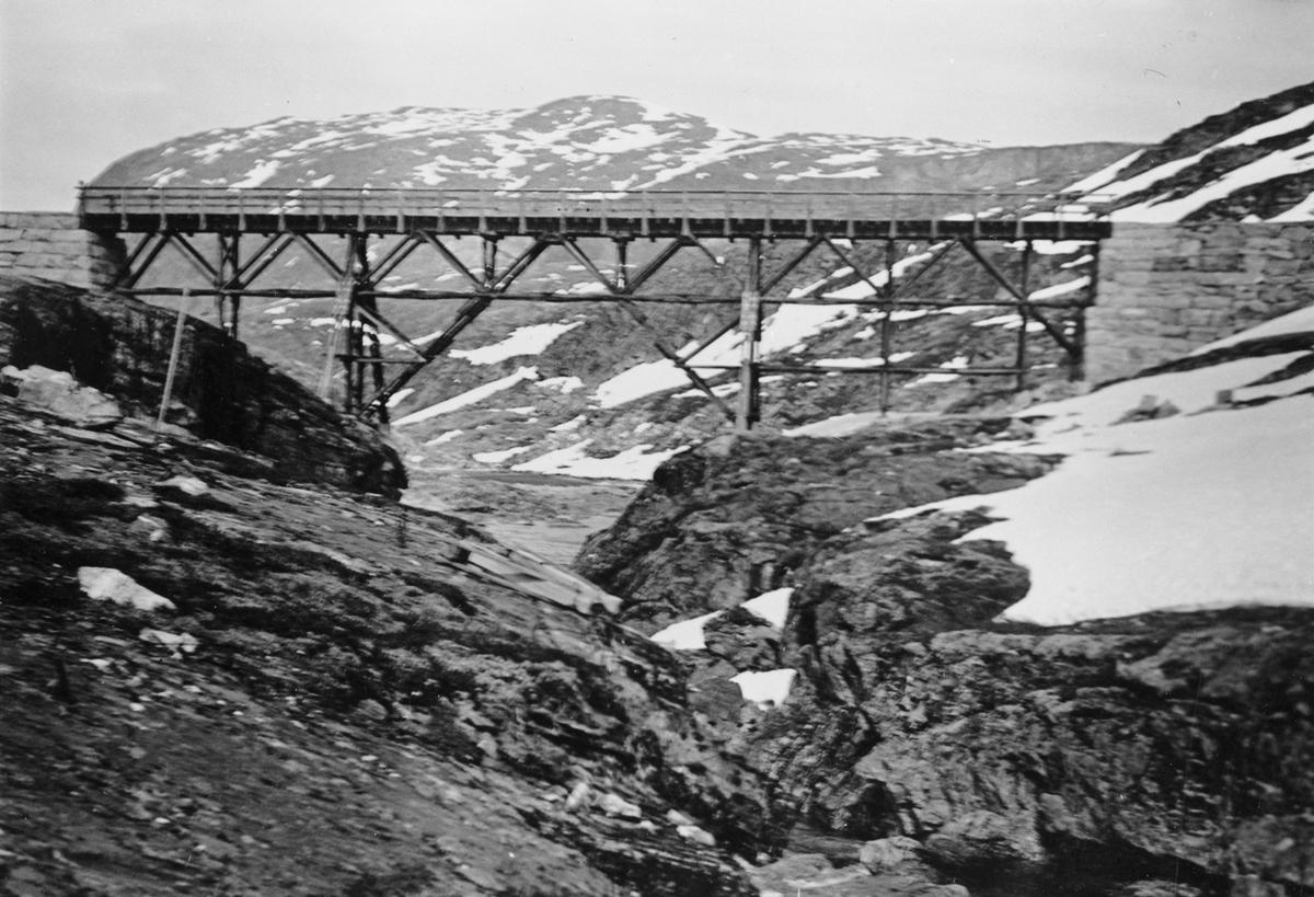 Bro på Aurabanen ved utløpet av Holbuvann.