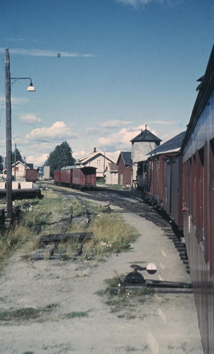Tog 2058 til Sørumsand kjører inn på Bjørkelangen stasjon.
