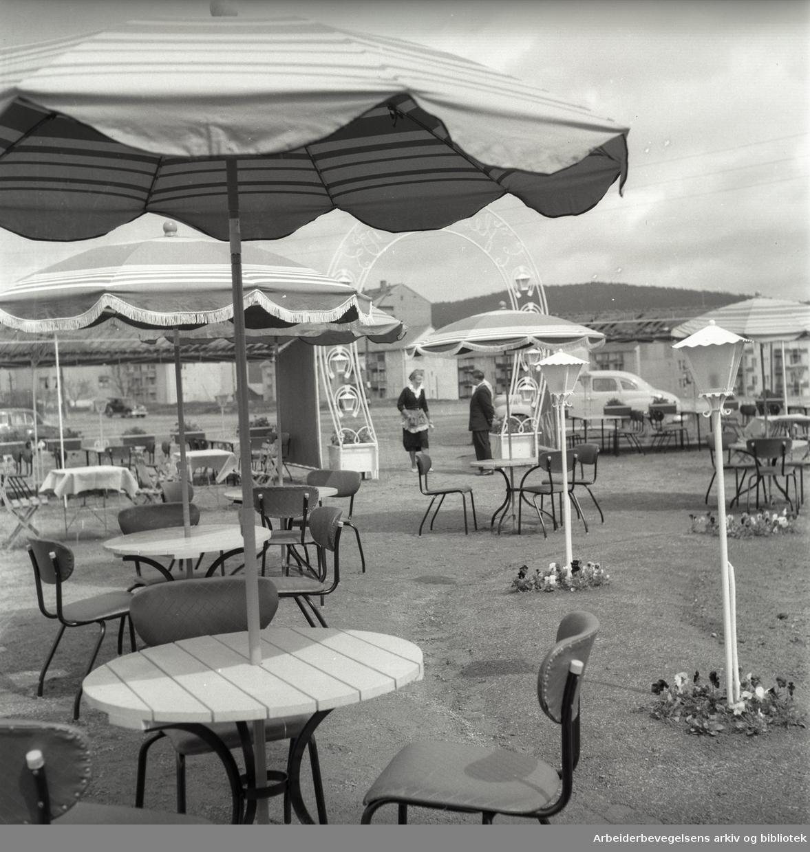 """""""Hesteskoen"""" friluftsrestaurant på Bjerke ved travbanen,.mai 1956"""