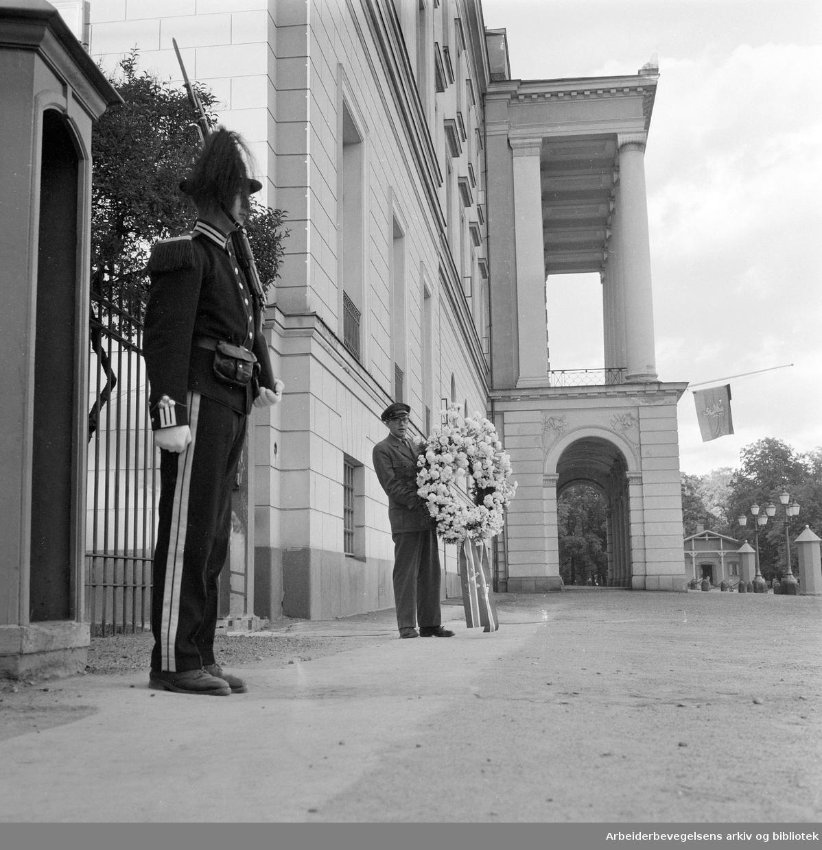 Kong Haakon VIIs død..Regjeringens krans foran Slottet,.september 1957