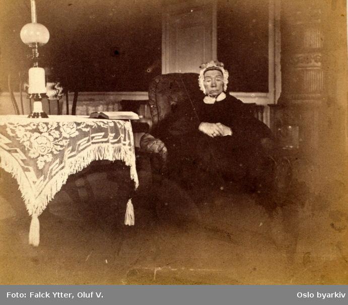 Fru Dorothea (Thea) Ytter, født Falck, 1786 - 1867. Sannsynligvis fotografert på Veum ved Fredrikstad.