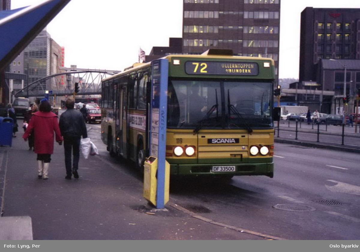 Busser, Ing. M.O. Schøyens Bilcentraler (SBC), vogn 119 på linje 72. Her ved Biskop Gunnerus' gate. Postgirobygget.