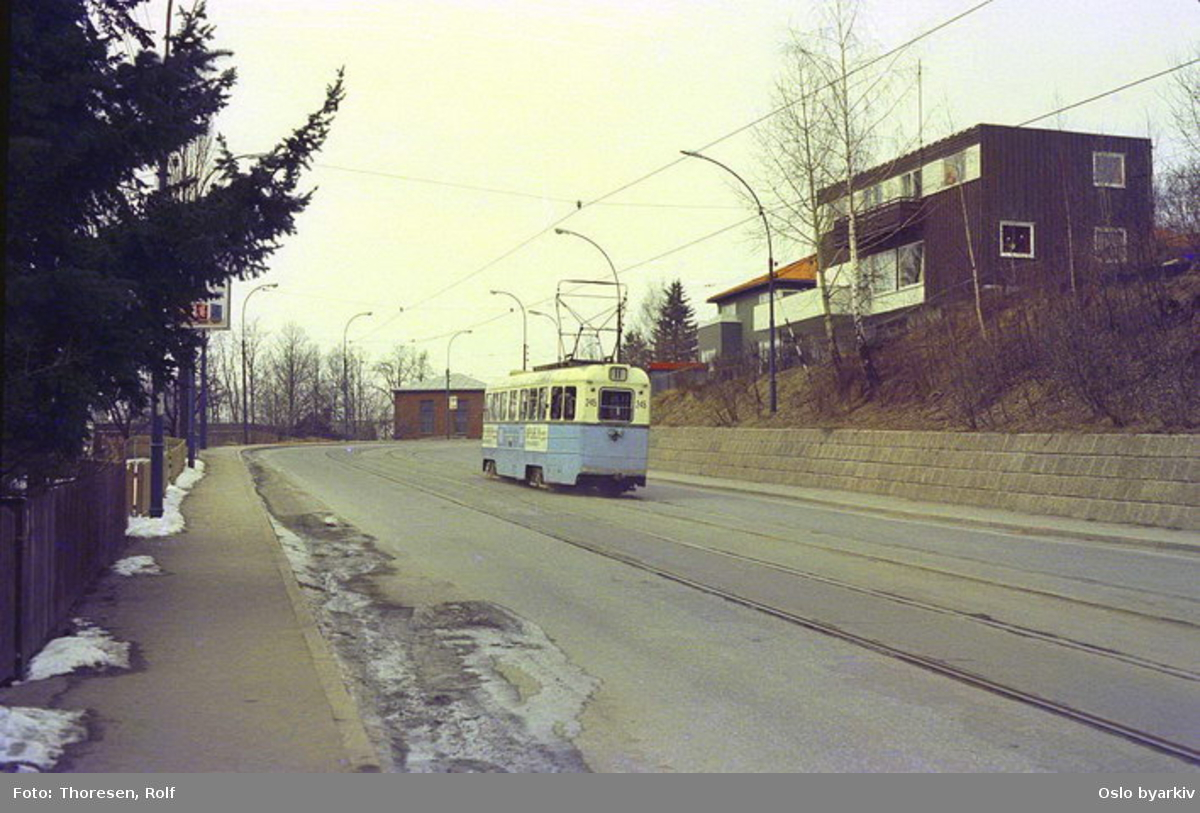 Oslo Sporveier. Trikk motorvogn 245 type Høka MBO linje 11 i Grefsenveien nedenfor Glads vei.