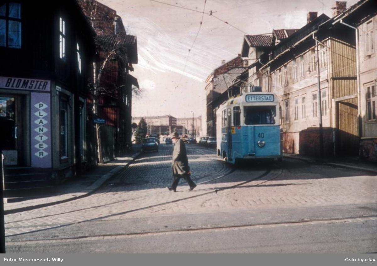 """Oslo Sporveier. Trikk motorvogn type MO """"kylling"""" nr. 40 linje 6 på vei ut fra Vålerenga vognhall. Utkjøring foregikk gjennom Hedmarksgata til Strømsveien, her i oktober 1967."""