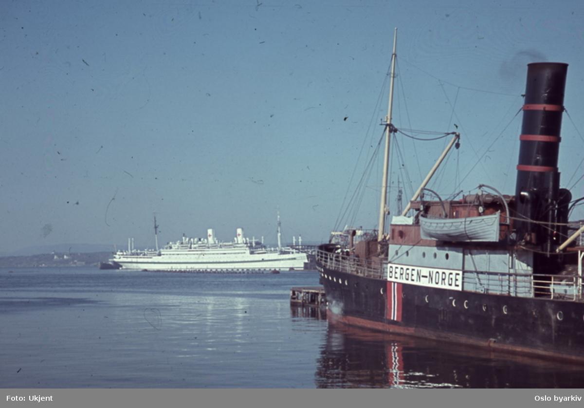 Båter ved kai og på havna. Tysk hospitalskip. Sannsynligvis fotografert av tysk soldat under krigen.