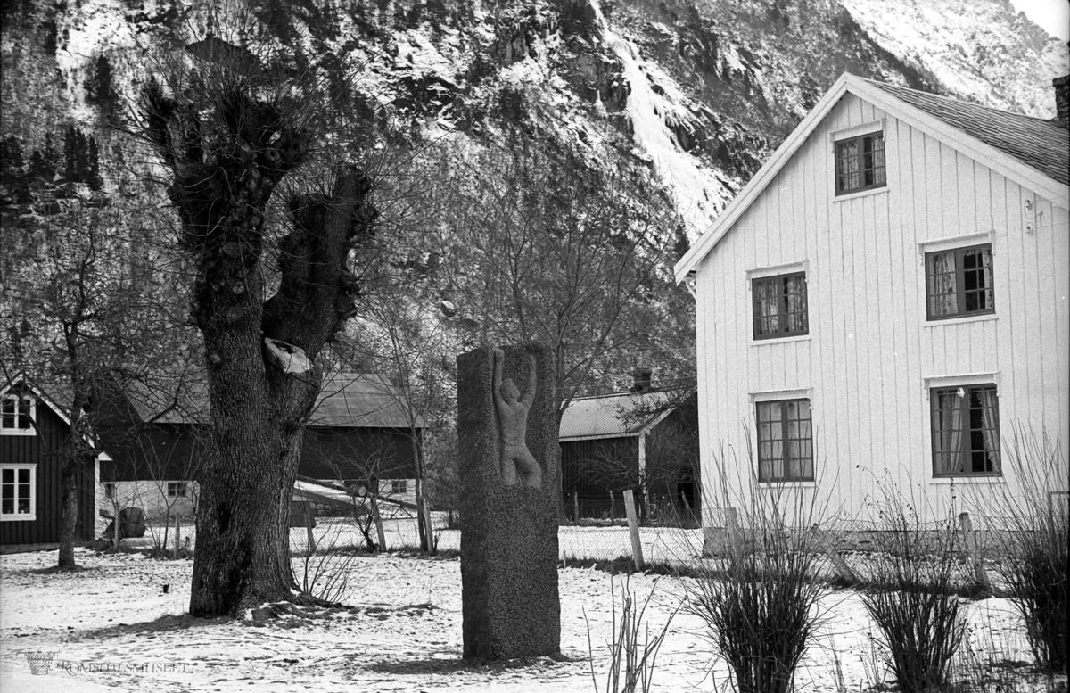 """""""Bjørnsonalmen"""", Eikesdalen. .Treet døde og ble saget ned i 1984 og kassert. .Bjørn Austigard laga kubbestol av stammen og denne står i hytta hans, sjå foto nr 3314. Minesteinen ble reist i 1958. .Sjå ellers """"Jul i Romsdal 1983"""""""