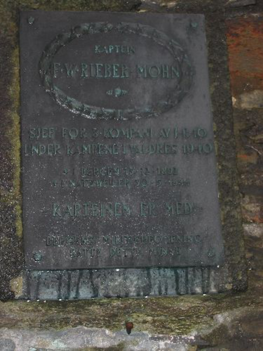 F. W. riber Mohn var fødd i Bergen 13.12.1892. Døde i Natzweiler den 30.05.1944. Kjøreanvisning: Minneplaten er festet til muren inn til Bergen hus Festng- Håkonshallen