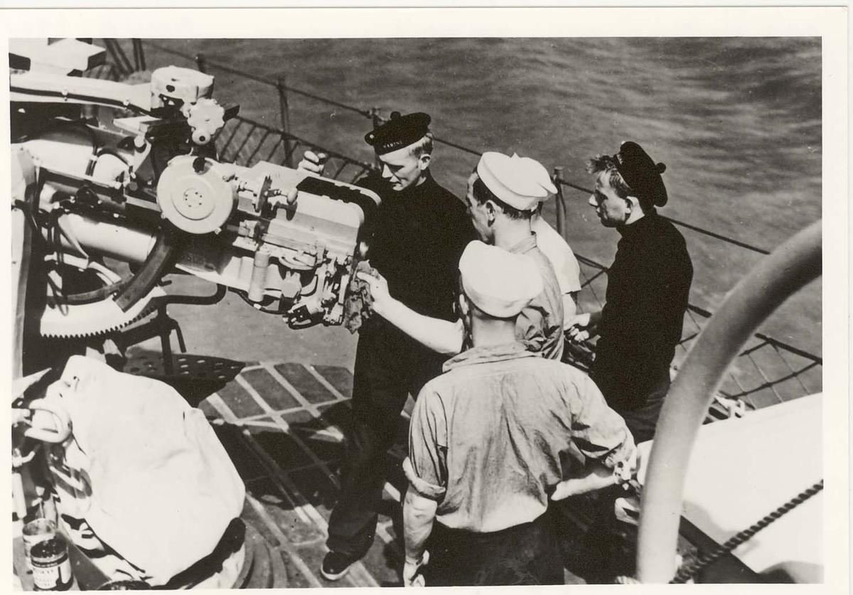 """Motiv: Kanon 3"""" HA/LA - L/50 bestykket. Ombord i ubåtjageren KING HAAKON VII"""