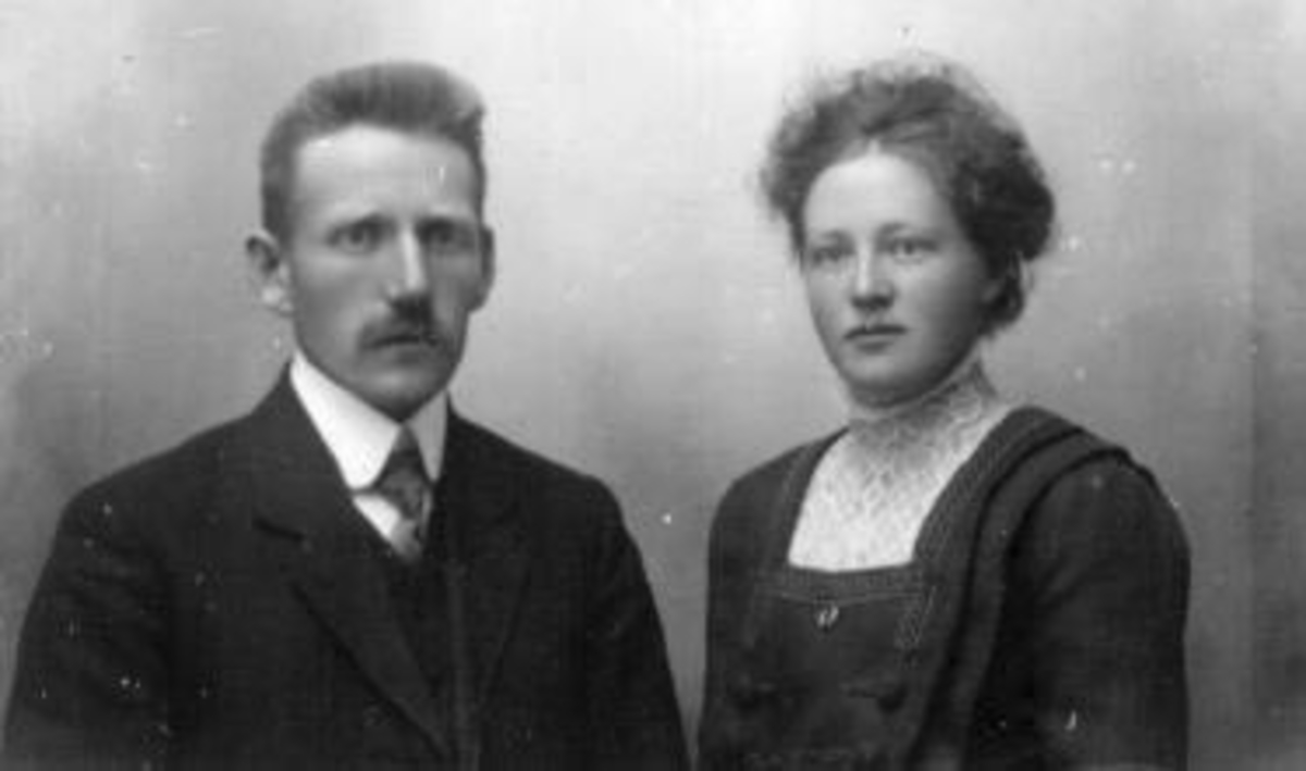 Portrett av ekteparet Karl og Anne Lykseth. Anne er født Dobloug fra Seberg i Ringsaker.