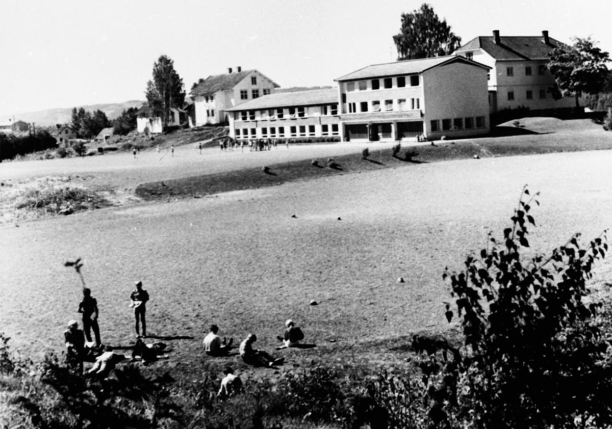 Eksteriør, Mørkved skole, Brumunddal. Barn på fotballbanen.