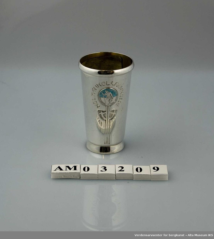 """Form: Konet, med emaljert, rundt emblem i blått, hvitt og sølv. Pokalens emblem er en skiløper  og teksten """"Foreningen til skiidrettens fremme 1883"""