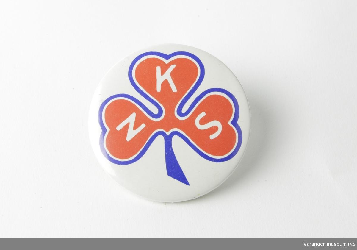 NKS' logo på hvit bakgrunn. Stilisert rød kløver med hvir og blå ytterkant. Foreningens initialer N - K - S på hvert kløverblad.