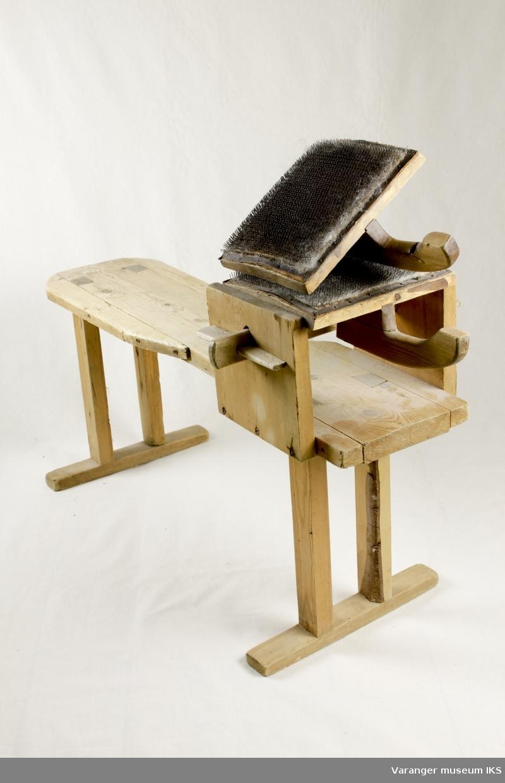 Hjemmesnekret benk inklusive to - 2- karder med håndtak. Benken har en anordning til å fastmontere karden.