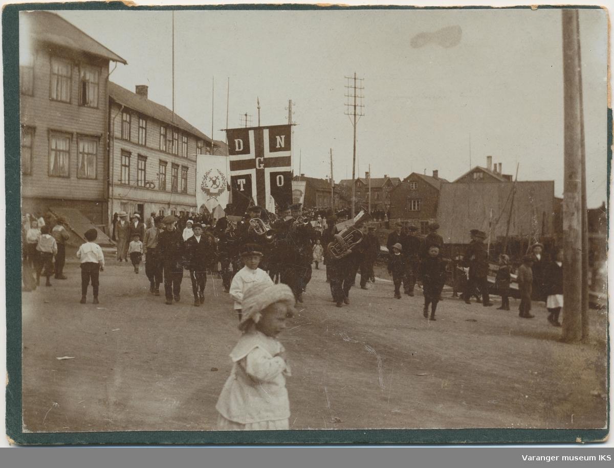 Demonstrasjonstog eller 1. mai-tog tidlig på 1900-tallet i Vardø