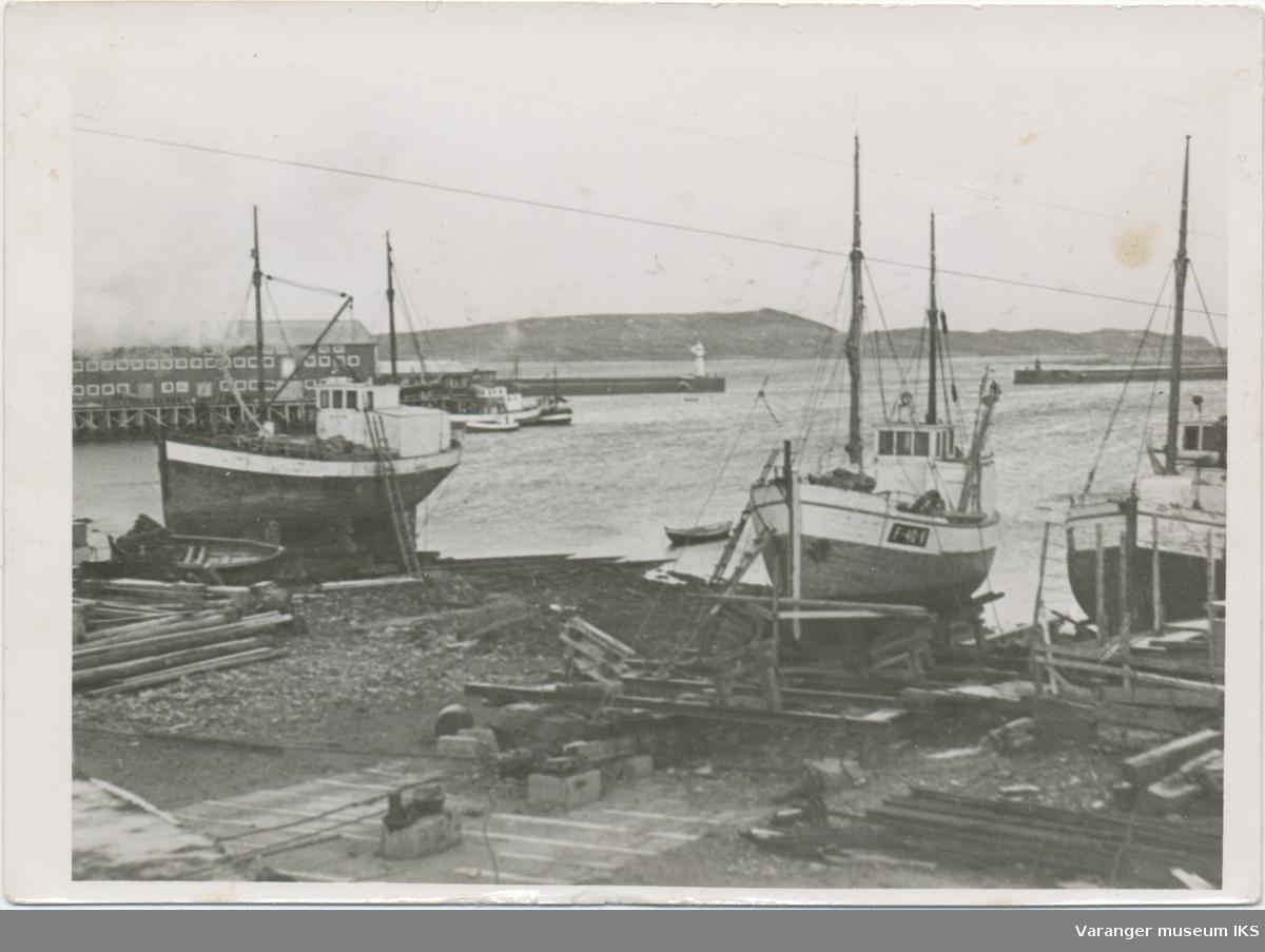 Tre fiskebåter på slipp, Fi-No-Tro og moloen i bakgrunnen