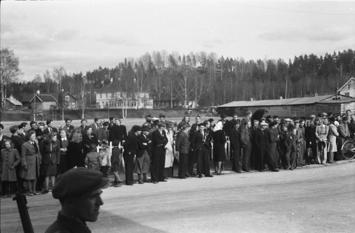 Folkemengde oppstilt langs Torggata