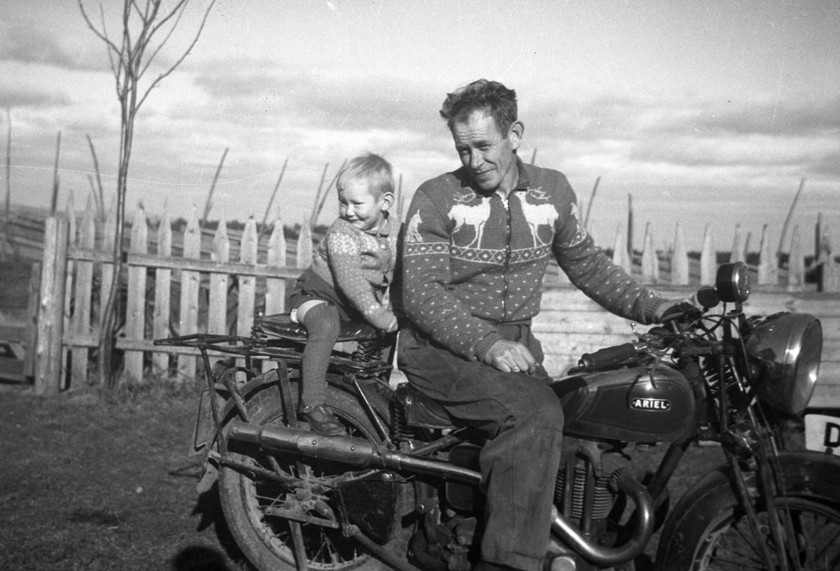 Mann og barn på motorsykkel