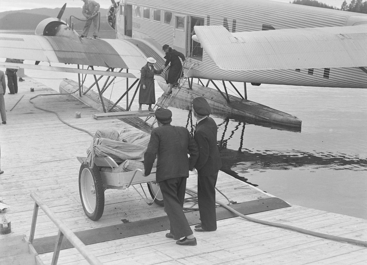 Ruteflyet Falken, Junkers Ju 52/3 LN-DAH, på Jonsvannet. Postsekker trilles ut til flyet