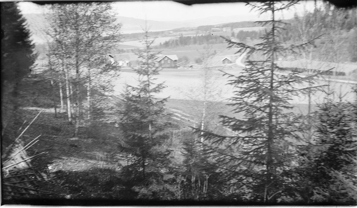 Utsikt NV fra Furuberget. Gården Heimdal i forgrunnen, Skarderud oppe til høyre i bakgrunnen, og Mjøsa u/ Bangsberget bakerst til venstre