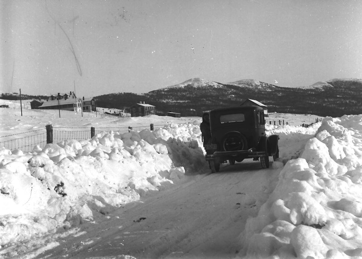 Veien Folldal - Hjerkinn, bil og dårlig brøytet vei, før 1935.