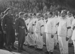 General Thorne inspiserer Raulands-karene.