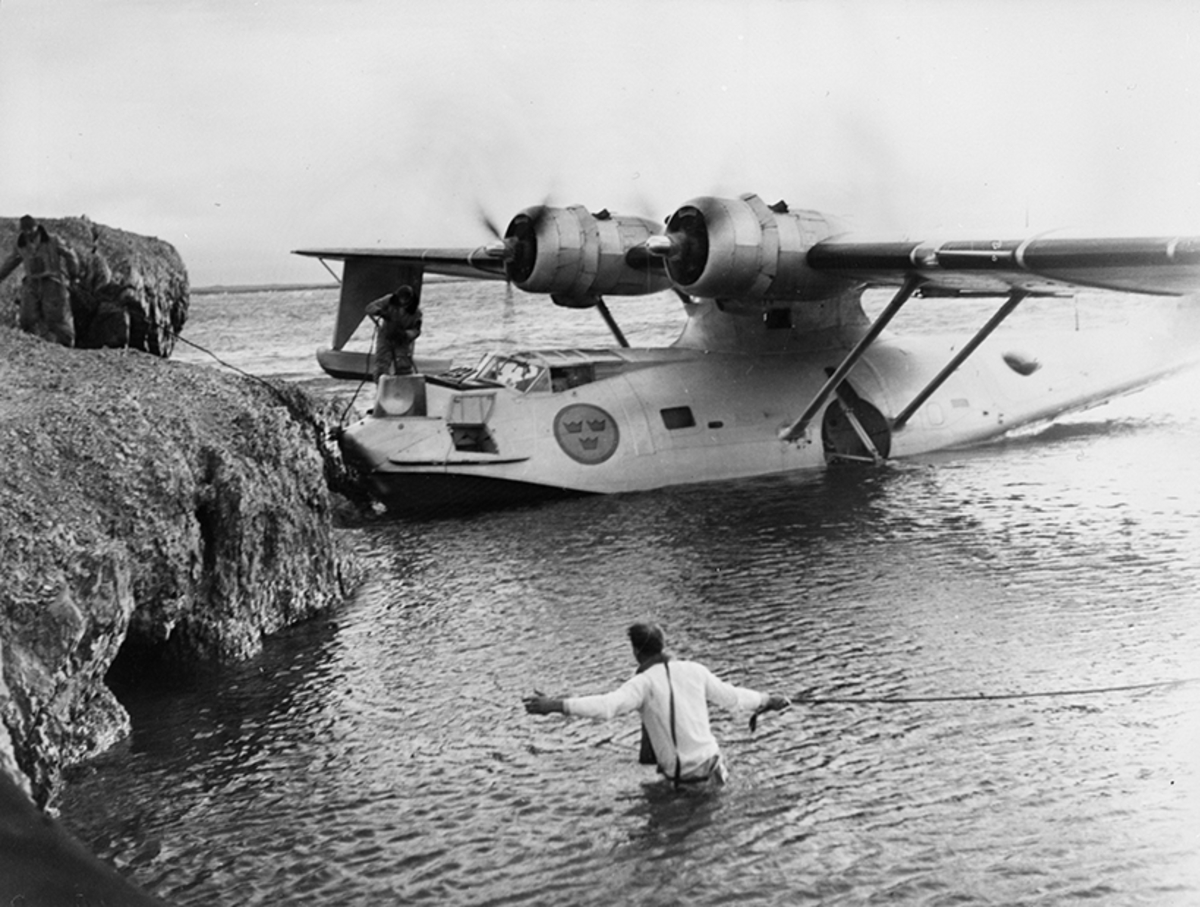 Förtöjning av flygplan TP 47 Catalina vid klippa till sjöss.