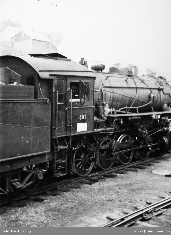 Damplokomotiv type 33c nr. 391 på Voss stasjon