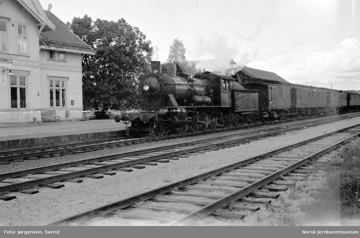 NSB damplok type 24b nr. 236 med NJK-tog på Roverud stasjon