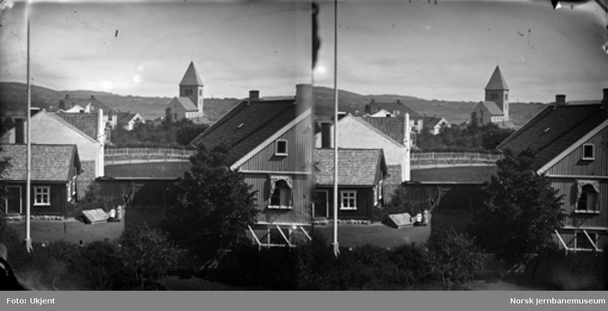 Parti fra Oslo med Gamle Aker kirke og løkken Breidablikk til venstre for kirken