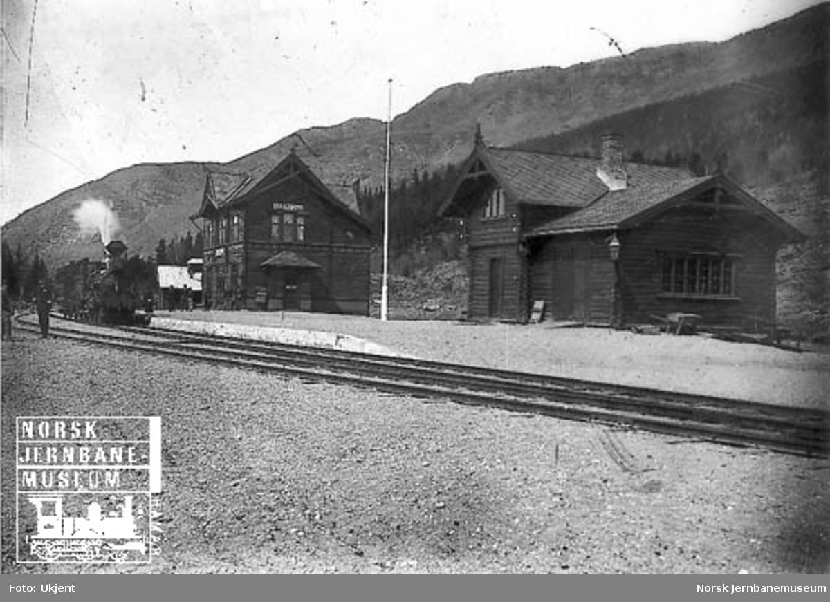 Harpefoss stasjon med befaringstog trukket av damplokomotiv type 9a nr. 31