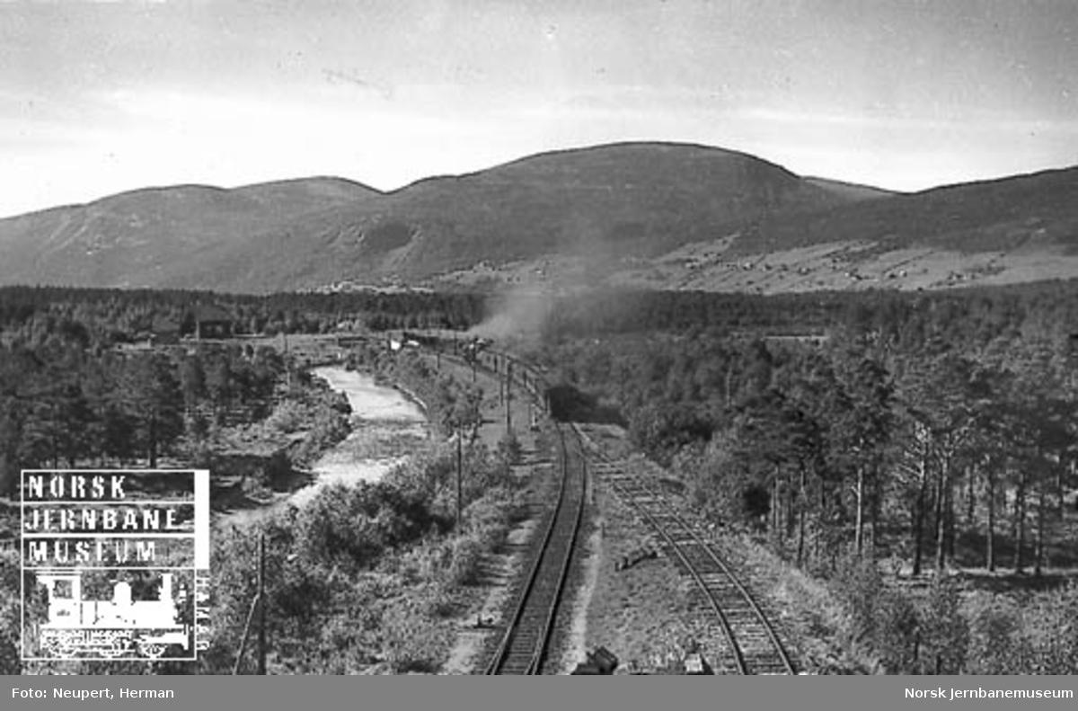 Damplokomotiv type 49a med persontog, fotografert bakfra, ved Oppdal
