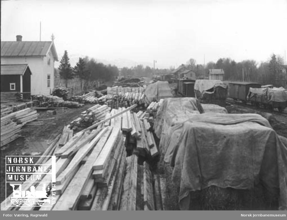 Heimdal stasjon under 1. verdenskrig med masse trelast og godsvogner