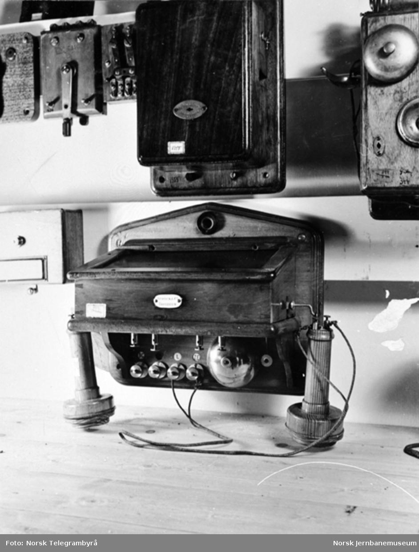 Jernbanemuseet på Disen : Gamle telefonapparater, det nederste med fast platemikrofon med kullstenger på innsiden og for batterioppringning