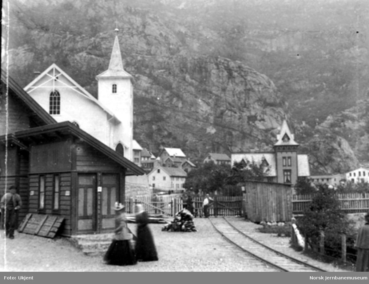Dale stasjon med kirken og sidesporet mot fabrikken