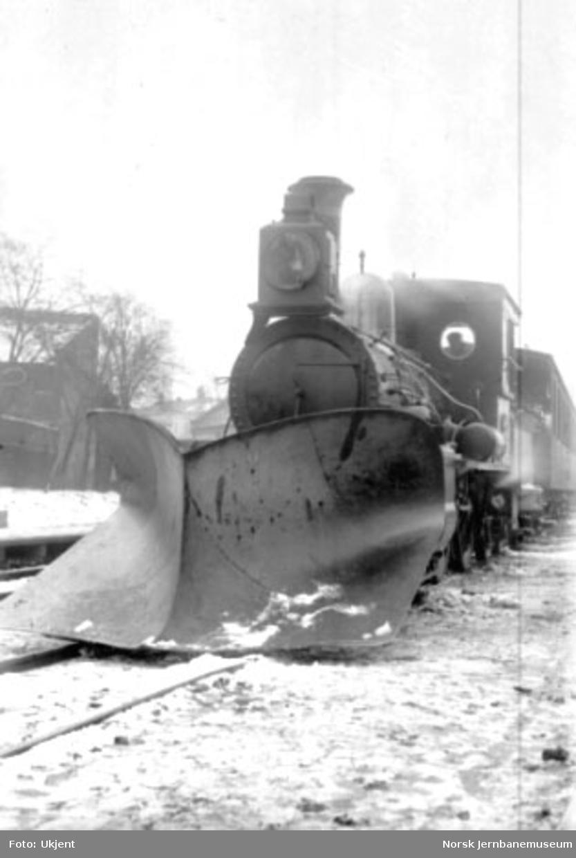 "Damplokomotiv type XII nr. 31 ""Saturn"" med stor frontplog; fotografert forfra"