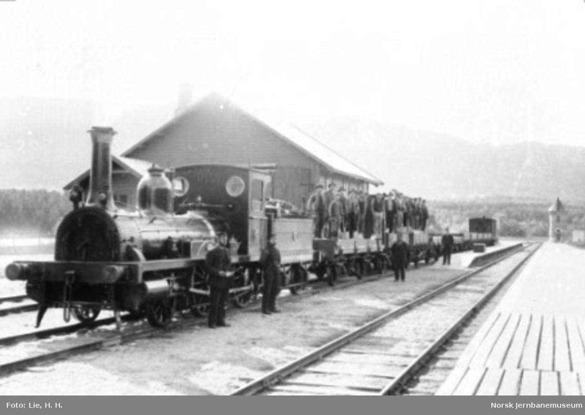 Damplokomotiv type 2a nr. 17 med grustog på Vinstra stasjon