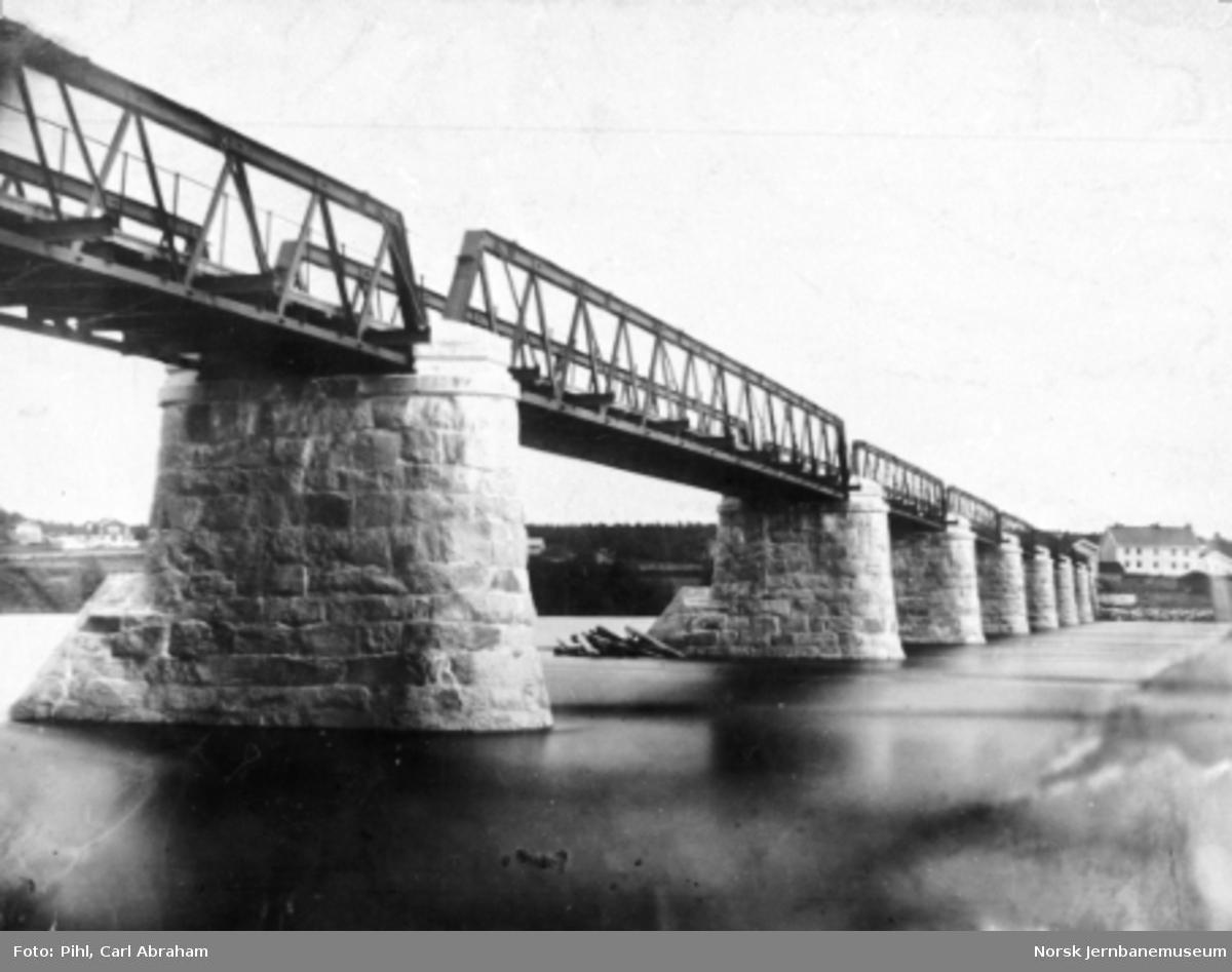 Jernbanens vegbro over Glomma på Elverum