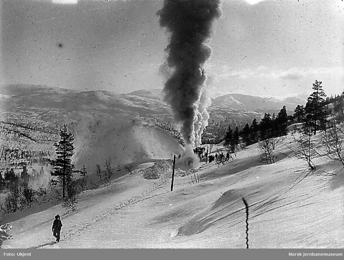 Roterende snøplog i arbeid for første gang; nedenfor Mjølfjell, våren 1908