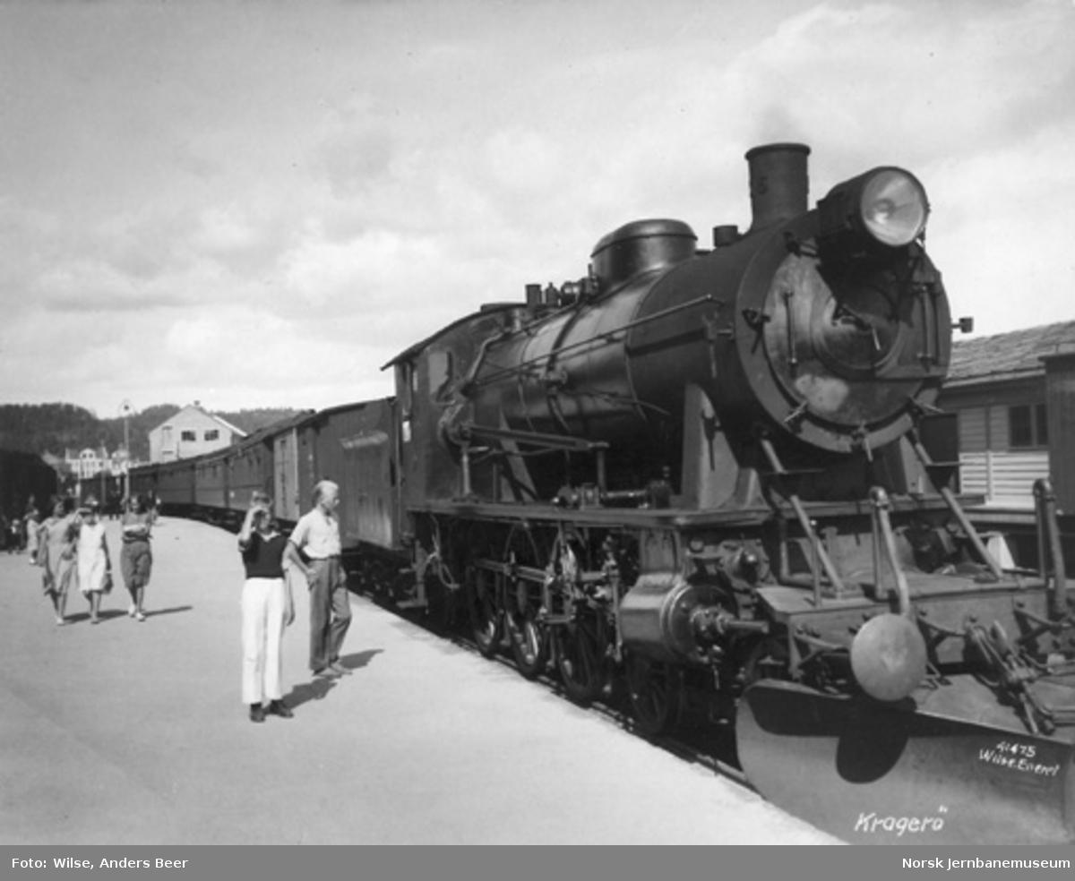 Kragerø stasjon med persontog trukket av damplokomotiv type 30a nr. 316