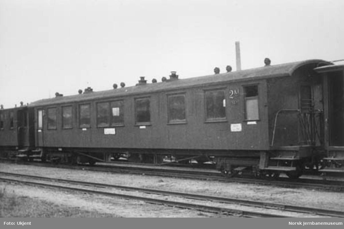 """Smalsporet personvogn fra Vestfoldbanen litra BCo nr. 242, skiltet """"Larvik"""""""