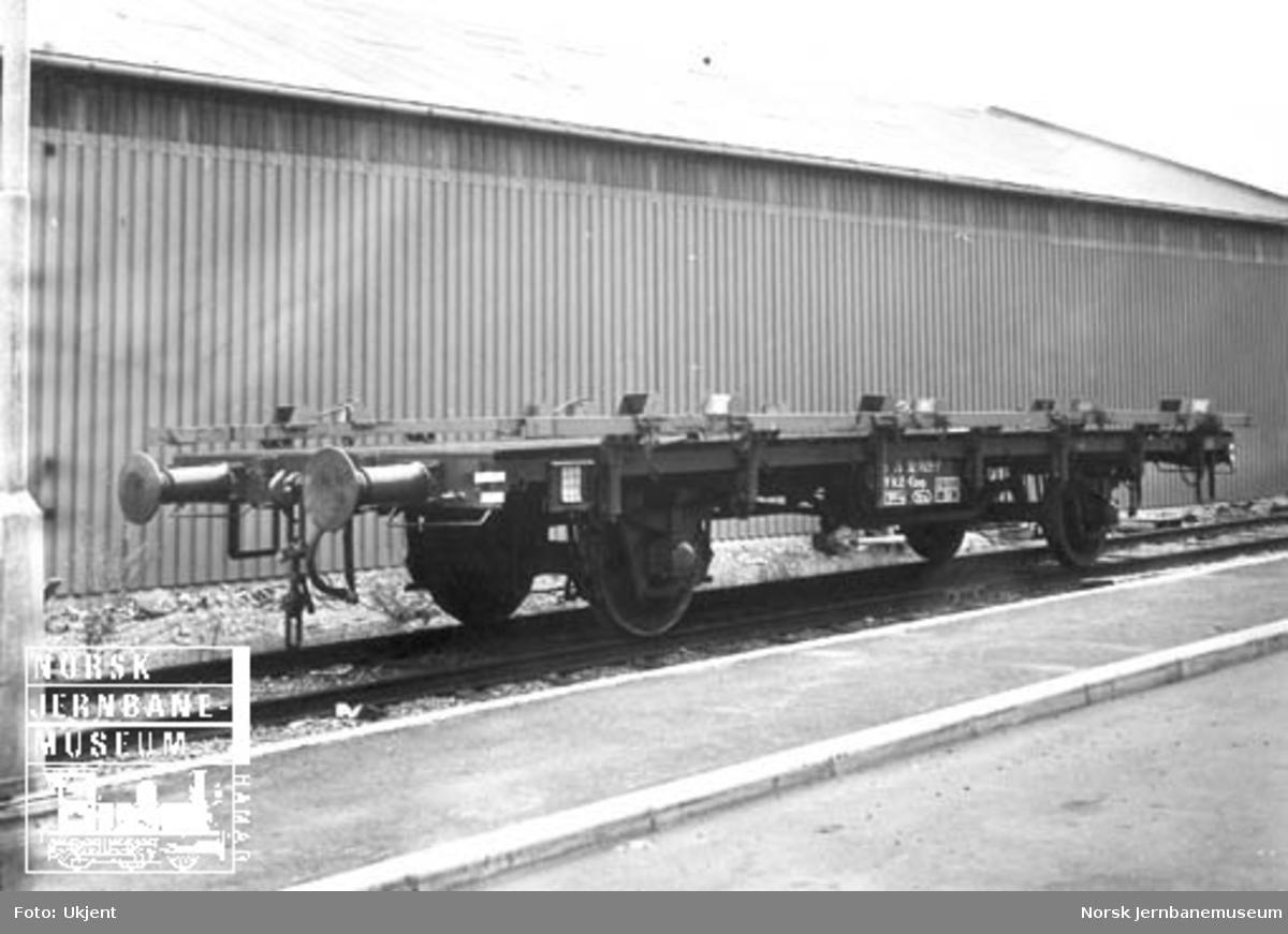 NSB stakevogn litra Kbmp 312 7028-7 utstyrt med skinner med transport av nye biler