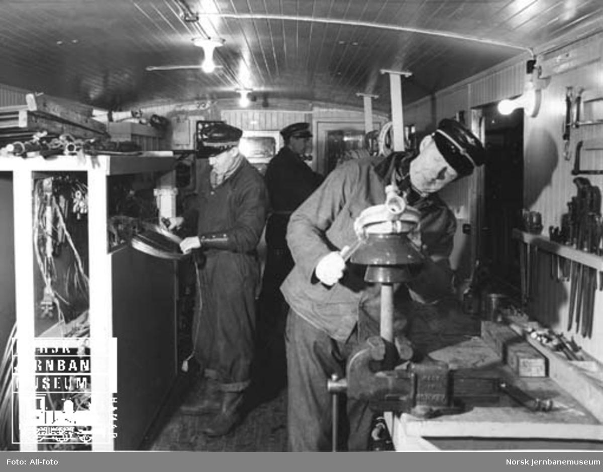 Ledningsmontører i arbeid i revisjonsvogna